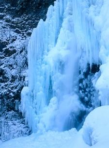 乗鞍高原 善五郎の滝の落水と氷柱の写真素材 [FYI02076277]