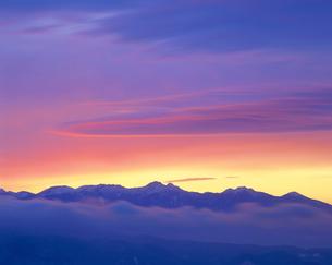 高ボッチ高原から見る八ヶ岳連峰と朝焼けの写真素材 [FYI02076316]
