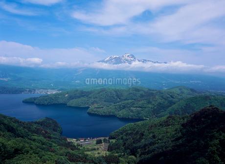 斑尾山登山道より望む野尻湖と妙高山の写真素材 [FYI02076333]
