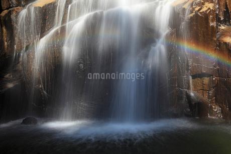 荒滝と虹の写真素材 [FYI02076344]