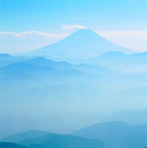 櫛形林道より山並みと富士山の写真素材 [FYI02076661]