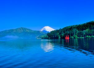 芦ノ湖の朝霧と富士山の写真素材 [FYI02076705]