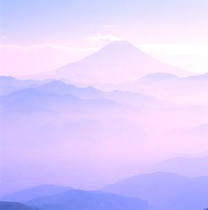 櫛形林道より山並みと富士山の写真素材 [FYI02076737]