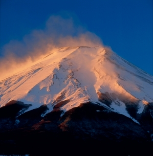 梨ヶ原からの雪煙舞う紅富士の写真素材 [FYI02076753]