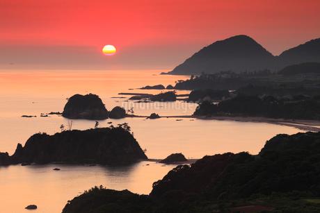 朝焼けの丹後松島と経ヶ岬の写真素材 [FYI02076836]