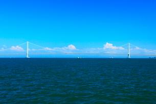 明石港から明石海峡大橋の遠望の写真素材 [FYI02076907]