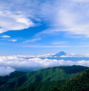 国師ヶ岳より雲海と富士山の写真素材 [FYI02076915]