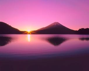 精進湖より朝日と富士山の写真素材 [FYI02076972]