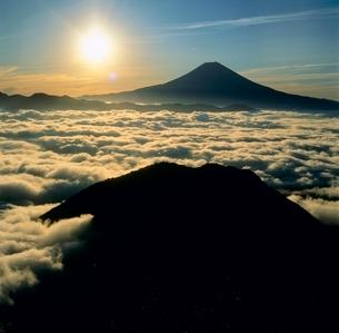 バラの段より雲海と朝日の富士山の写真素材 [FYI02076975]