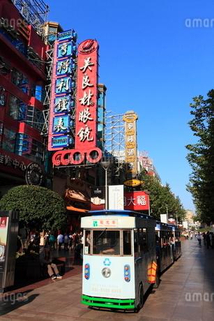 南京東路と観光用の電気自動車の写真素材 [FYI02076985]