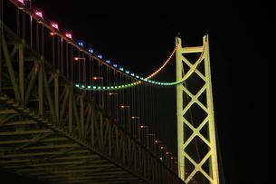 ライトアップされた明石海峡大橋の写真素材 [FYI02076997]