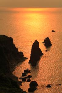 屏風岩と夕焼けの日本海の写真素材 [FYI02077030]