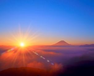櫛形林道より朝日と富士山の写真素材 [FYI02077085]