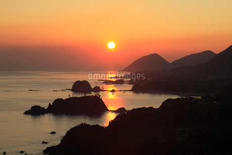 朝日の丹後松島と経ヶ岬の写真素材 [FYI02077122]