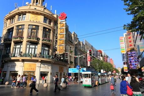 南京東路と観光用の電気自動車の写真素材 [FYI02077180]