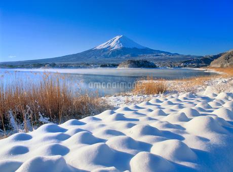 雪景色の河口湖と富士山の写真素材 [FYI02077224]