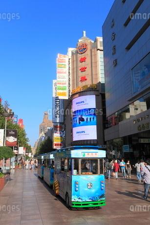 南京東路と観光用の電気自動車の写真素材 [FYI02077273]