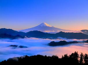 清水吉原から雲海と富士山の写真素材 [FYI02077280]