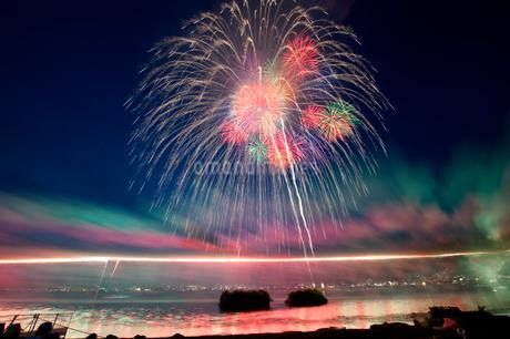 諏訪湖祭湖上花火大会 尺玉と千輪菊の写真素材 [FYI02077379]