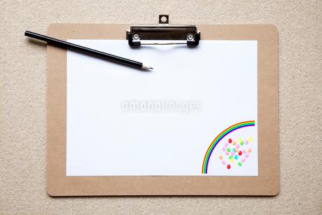 ボートに置いた紙と鉛筆の写真素材 [FYI02077389]