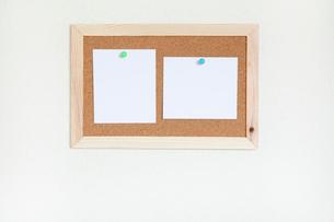 壁にかけたコルクボードとメモの写真素材 [FYI02077450]