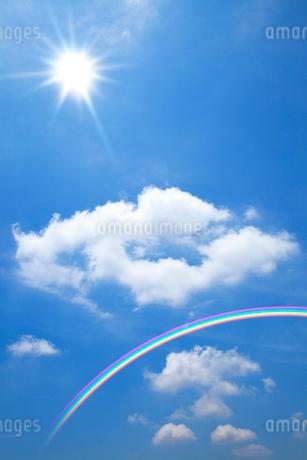 青空に浮かぶ雲と太陽、虹の写真素材 [FYI02077468]