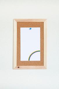 壁にかけたコルクボードとメモの写真素材 [FYI02077514]