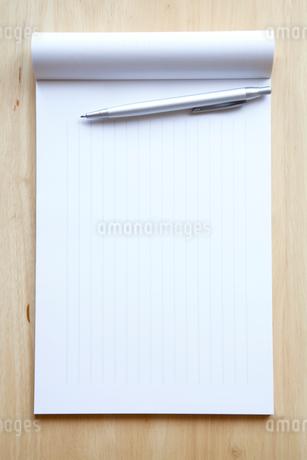 白紙の便せんとボールペンの写真素材 [FYI02077520]