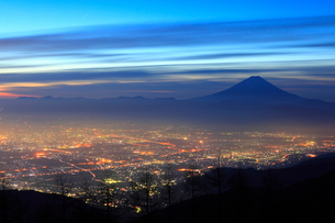 甘利山より甲府盆地の朝焼けと富士山の写真素材 [FYI02077601]