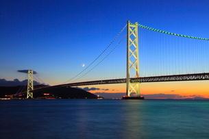 ライトアップされた明石海峡大橋の写真素材 [FYI02077626]
