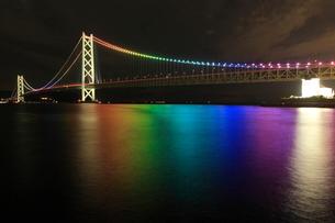 舞子海岸より七色ライトアップの明石海峡大橋の写真素材 [FYI02077636]