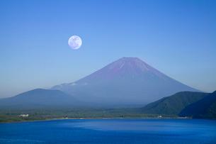 本栖湖からの富士山と月の写真素材 [FYI02077656]