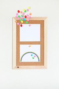 壁にかけたコルクボードとメモの写真素材 [FYI02077711]