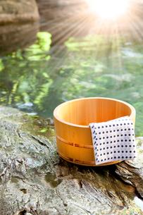 桶と露天風呂 の写真素材 [FYI02077734]