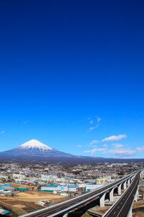 新東名高速道路と富士山の写真素材 [FYI02077738]