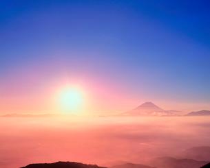 櫛形林道より朝日と富士山の写真素材 [FYI02077744]