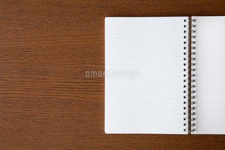 机に置かれたノートの写真素材 [FYI02077771]