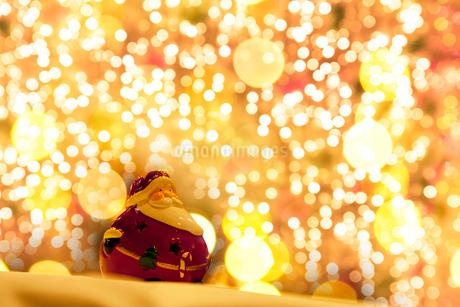 サンタクロースとクリスマスのイルミネーションの写真素材 [FYI02077852]
