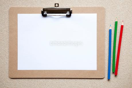 ボートに置いた紙と色鉛筆の写真素材 [FYI02077864]