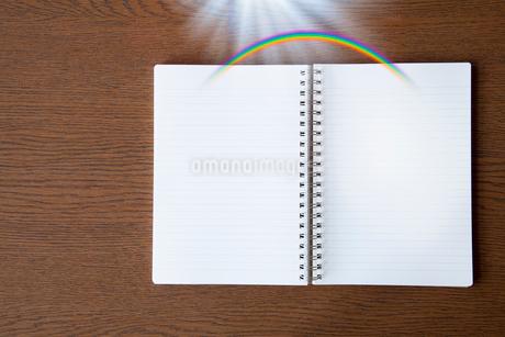 机に置かれたノートの写真素材 [FYI02077871]