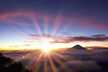 櫛形山林道より富士山と日の出の写真素材 [FYI02077891]
