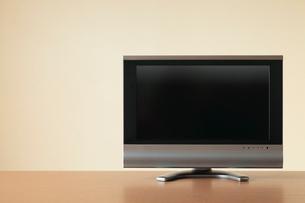 テーブルに置かれたテレビの写真素材 [FYI02077906]