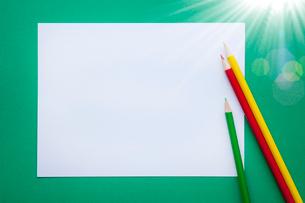 画用紙と色鉛筆の写真素材 [FYI02077927]