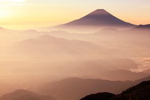 櫛形山より朝もやの山並みと富士山の写真素材 [FYI02077932]