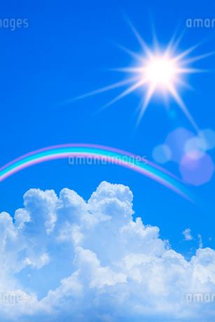 青空に入道雲と太陽、虹の写真素材 [FYI02077952]