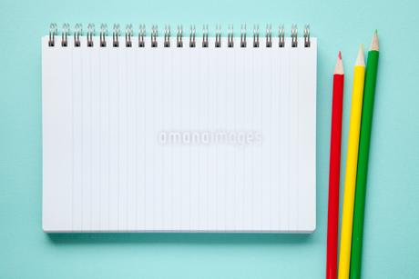 ノートと色鉛筆の写真素材 [FYI02077958]