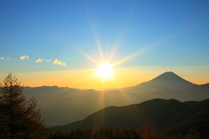 丸山林道より富士山と日の出の写真素材 [FYI02077989]