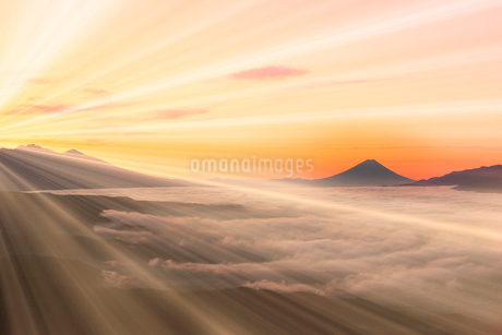 高ボッチ高原より富士山と朝焼け、光芒の写真素材 [FYI02078024]