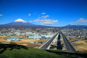 新東名高速道路と富士山の写真素材 [FYI02078028]