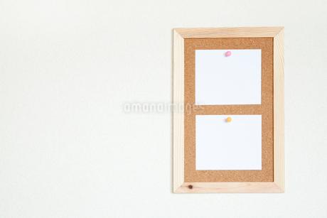 壁にかけたコルクボードとメモの写真素材 [FYI02078052]
